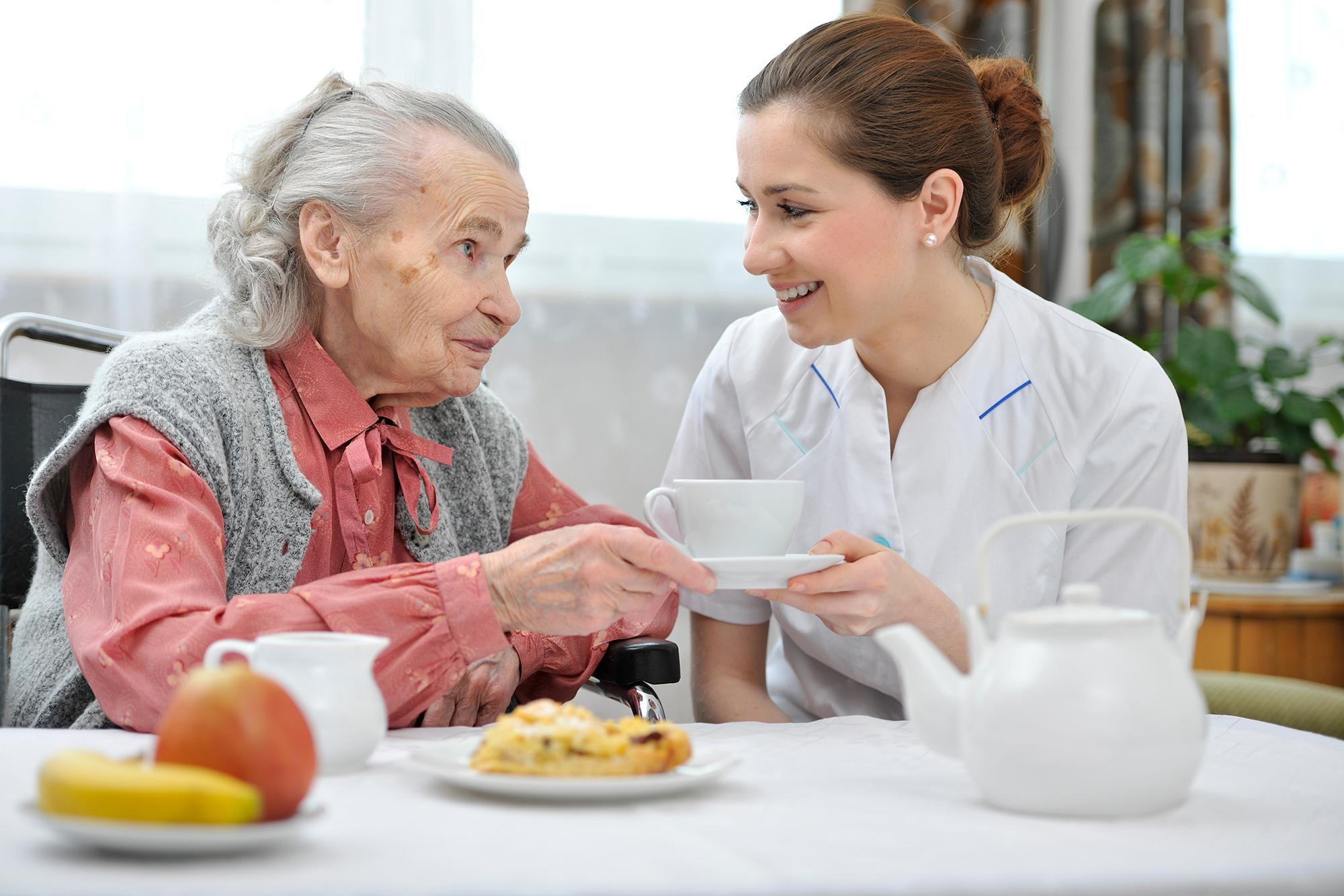 Pflegerin betreut beim Essen