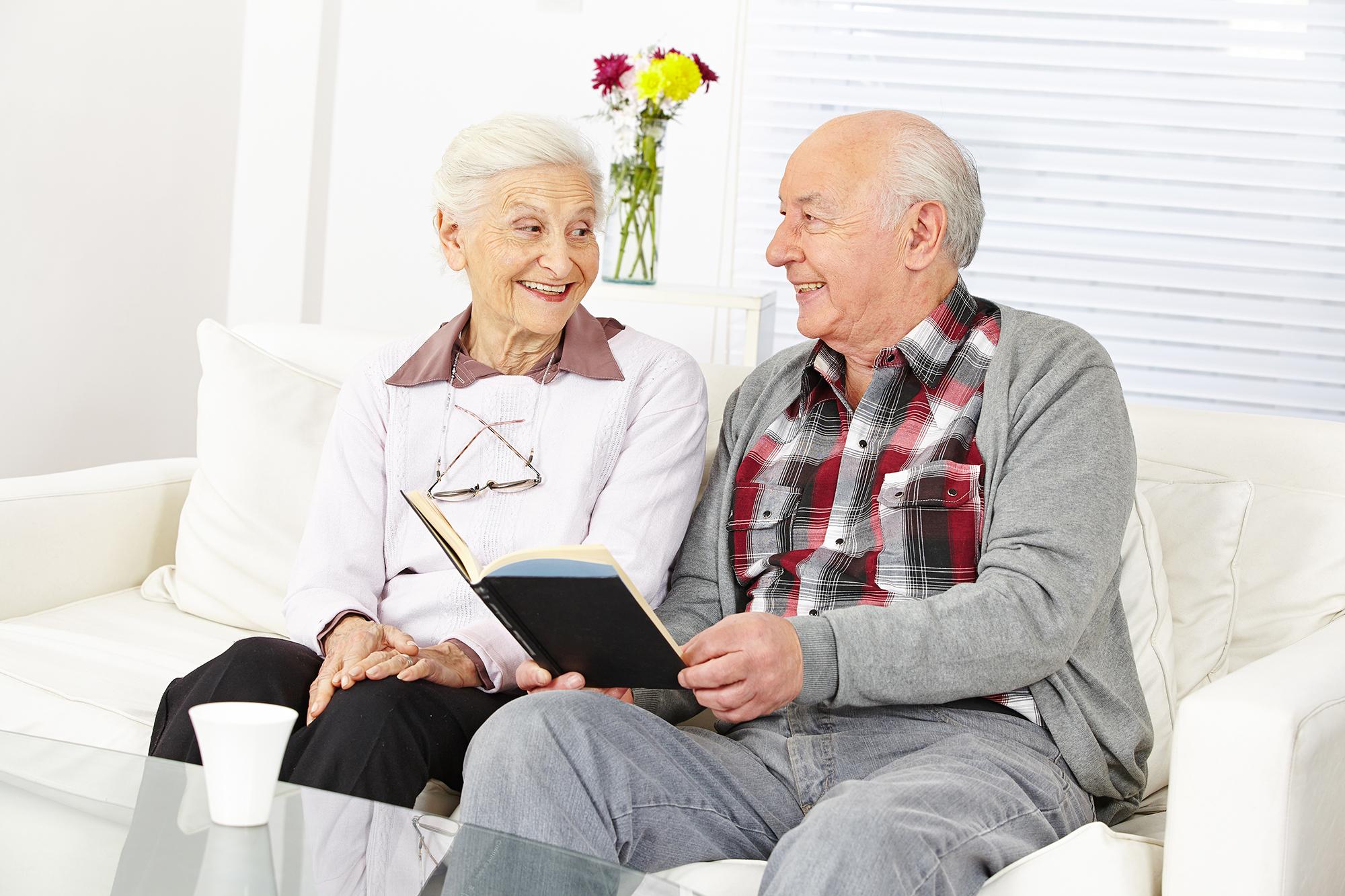 Mann und Frau lesen ein Buch